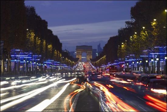 Qui chantait  C'est en France qu'il y a Paris, mais la France est aussi un pays où y a quand même pas cinquante millions d'abrutis  ?