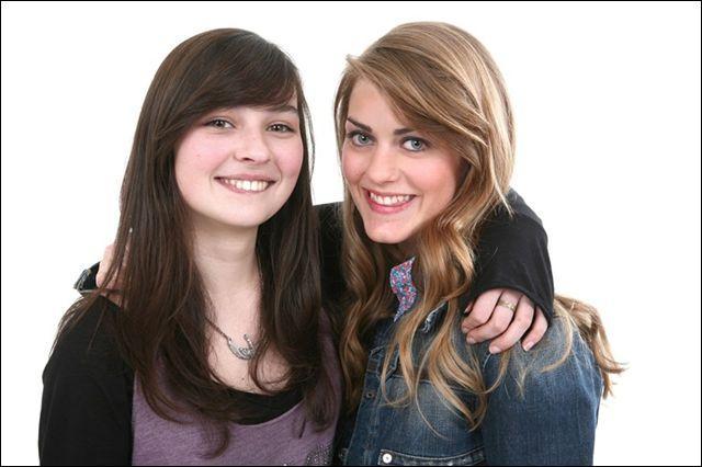 Ces deux filles appartiennent-elles à la même famille ?