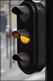 Code de la route - A-t-on parfois le droit de franchir un feu orange fixe (non clignotant) ?
