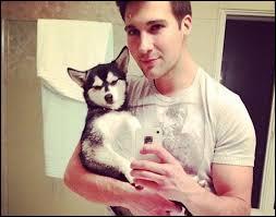 Dans la photo suivante, quelle est la race du chien qu'il tient dans ses mains ?