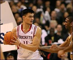 C'est le plus grand de la NBA 2, 29 mètres. C'est un Chinois. Qui est ce joueur de basket ?
