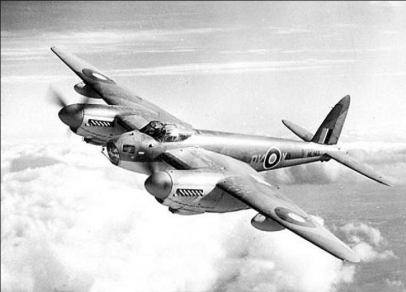 Revenons chez les Anglais. A vous de trouver cet avion (photo). Il a été l'un des premiers avions multi rôle de l'histoire. A noter, que pendant la 2e Guerre mondiale, il a existé deux versions non armées, une version militaire, une version « avion de ligne ». Faites attention, même s'il ne porte pas de maladies, il pique méchamment ! Quel est cet avion ?