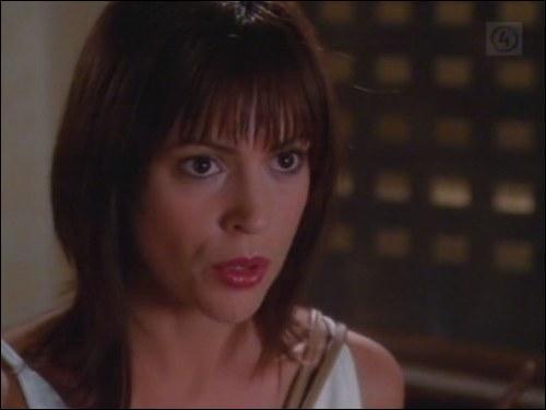 Comment Cole appelle-t-il Phoebe lorsqu'elle tient Edouard Miller au-dessus du vide ?
