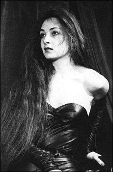 Cette brune, jeune, était absolument superbe. Membre d'un duo vocal célèbre en variétés, elle a aussi embrassé pas mal de choix particuliers, avant comme après. Comment s'appelle-t-elle ?
