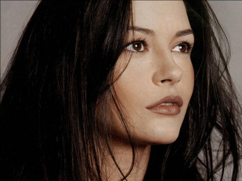 Qui est cette actrice brune de toute beauté, inoubliable dans  Haute voltige  ou  Le masque de Zorro  ?
