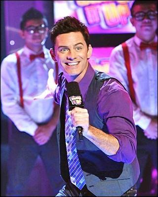 Quel est le nom de famille de Gary, le présentateur de Shake It Up Chicago ?