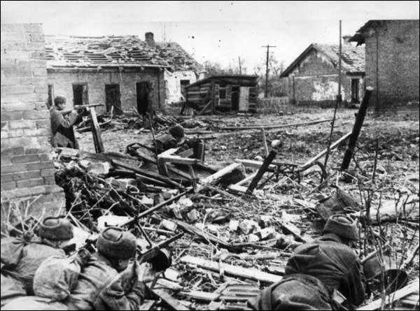 Qui est l'auteur du roman  Vie et destin , achevé en 1962, dont l'histoire se déroule pendant la bataille de Stalingrad ?
