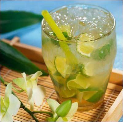 Rhum blanc (cachaça), glace pilée, citron vert, et il ne vous reste plus qu'à filer sur la plage !