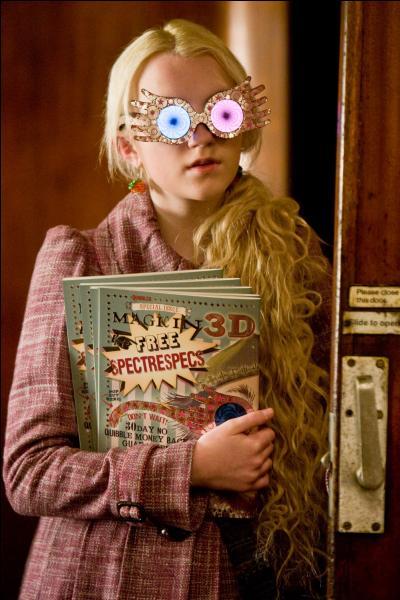 Retour dans l'univers magique avec cette scène où Luna Lovegood trouve Harry dans le train, le sauvant d'un retour à Londres imminent. Mais dans le livre, ce n'est pas elle qui le trouve, c'est :