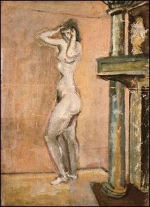 Femme nue debout près d'une cheminée.