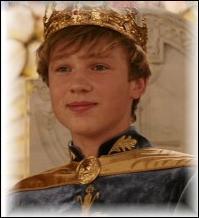 A la fin du chapitre 1, comment est surnommé Peter lors de son couronnement ?