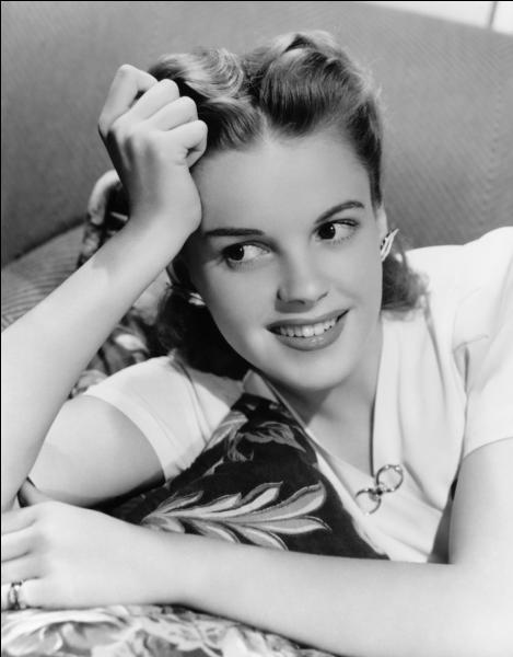 Comment se prénomme l'étoile hollywoodienne qui a accédé à la popularité dans les années 1940 avec des films réalisés par des grands spécialistes de la caméra tels que Busby Berkeley ?