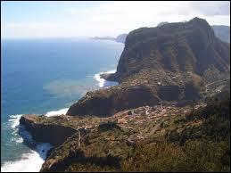 Quelle est la capitale de l'île portugaise de Madère, située dans l'océan Atlantique à près de 1000 kilomètres de Lisbonne ?
