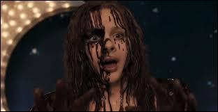 Qu'est-ce que Carrie reçoit sur la tête ?