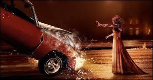 Quand Carrie soulève la voiture, qui est dedans ?