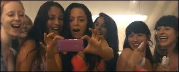 Laquelle de ces filles est privée de bal ?