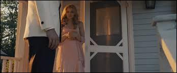 Quand Carrie sort de chez elle pour rejoindre son cavalier, elle lui dit : Salut, je suis... ? Complétez.