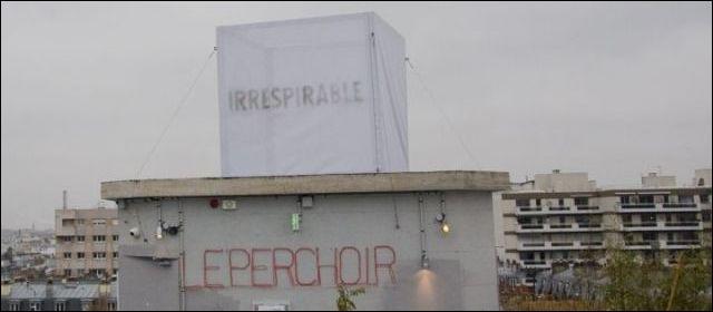 Qu'est-ce qui était écrit sur la toile posée sur un toit de Paris pendant une semaine ?