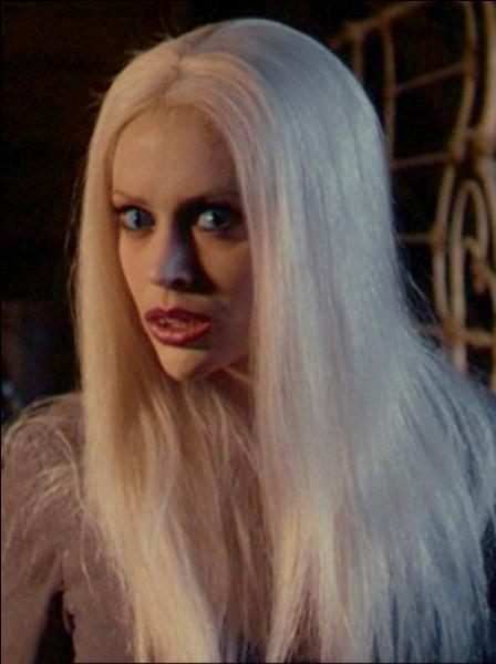 Fées ou revenantes, notre cri est si horrible qu'il blanchit les cheveux de nos victimes. Phoebe, dans la série  Charmed , s'est un jour transformée en l'une des nôtres. Nous apparaissons souvent sous la forme d'une femme à la longue chevelure, vêtue d'une robe verte et d'un manteau gris. Nous sommes :