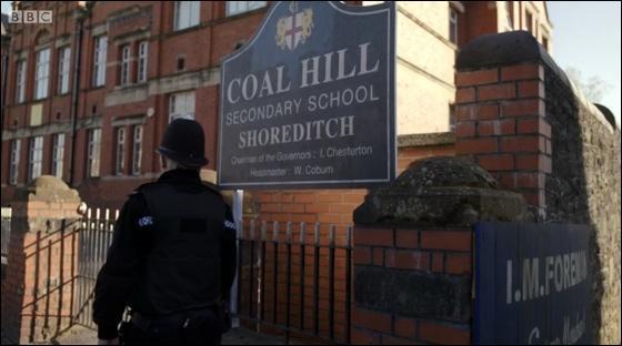 Clara est maintenant enseignante. pourquoi au Coal Hill School ?