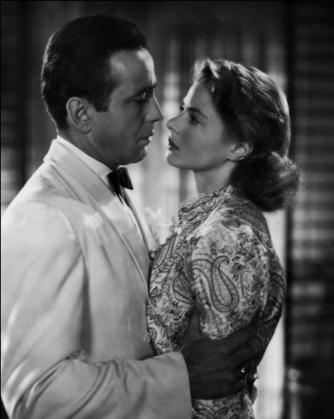 Nous sommes en 1942. Quelles sont ces deux icônes hollywoodiennes, aperçues dans le film  Casablanca , film qui continue aujourd'hui de fasciner pour son intrigue d'une rare complexité ?