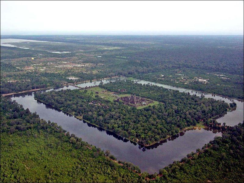 Dans quel pays peut-on voir ce site entouré d'eau ?