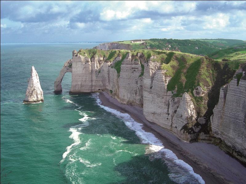Où se trouve ce littoral abrupt ?