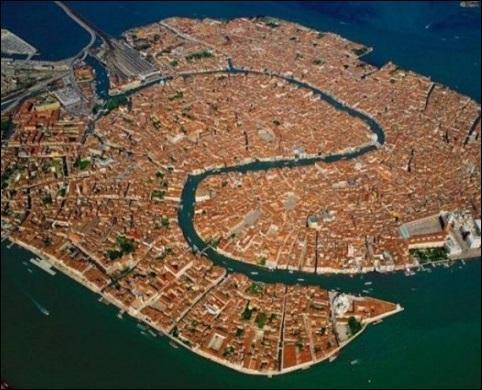 Dans quel pays cette ville aux contours singuliers se trouve-t-elle ?