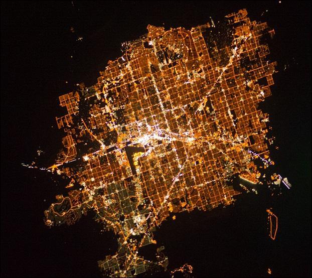 La nuit est tombée et on a pris de la hauteur... Ce n'est pas une raison pour répondre au hasard. Quelle est cette ville ?
