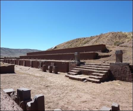 La pyramide d'Akapana se situe dans la plus grande réalisation pré-inca d'Amérique du sud : Tiwanaku. Dans quel pays doit-on aller pour la visiter ?