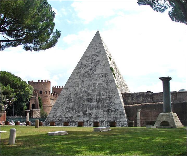 Quel personnage est inhumé dans cette pyramide antique, située près de la porta San Paolo à Rome ?