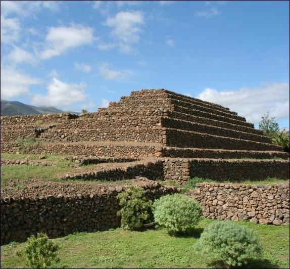Ces pyramides à marches dont l'origine est inconnue, sont érigées sur une île de l'océan Atlantique. De quelle île s'agit-il ?