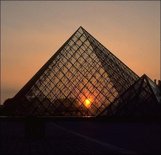 Première construction réalisée en verre feuilleté, qui est le concepteur de La pyramide du Louvre ?