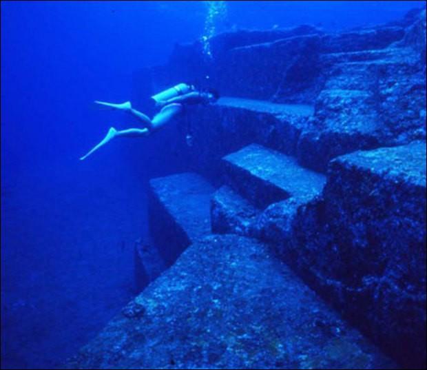 Découverte en 1985, cette structure sous-marine reste un mystère. Selon certains scientifiques la plus ancienne pyramide au monde. Dans quelle région du monde se trouve-t-elle ?