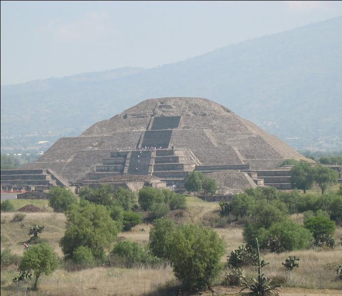 Sur quel site précolombien mexicain est érigée la pyramide du Soleil, faisant face a celle de la Lune, le long de l'avenue des Morts ?