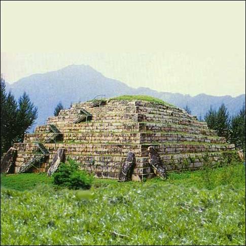 L'existence de « pyramides » dans ce pays est restée totalement inconnue du monde occidental jusque dans les années 1910. Elles abritent souvent la sépulture d'une haute personnalité...