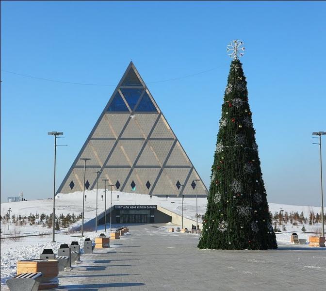 Bâtiment religieux et culturel construit en 2006 dans la capitale kazakhe d'Astana, cette pyramide est baptisée...