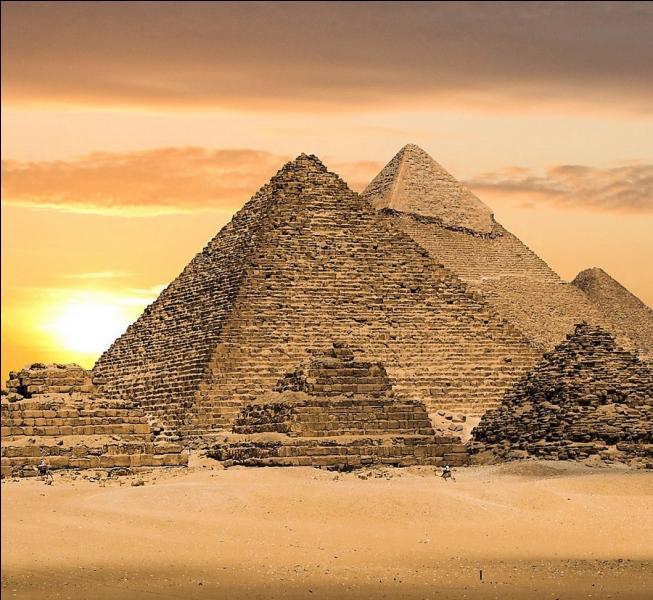 Vaste nécropole située sur un plateau de la rive ouest du Nil, quelle pyramide appartient à la nécropole de Gizeh ?