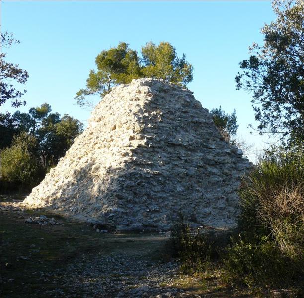 Située dans le Var et construite en 1770 par le Comte de Valbelle, qu'abritait cette pyramide de Tourves ?