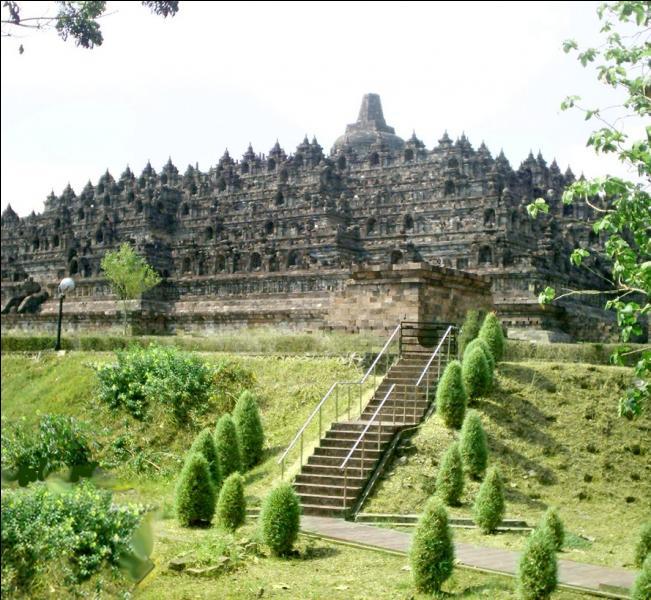 Construit aux VIIIe et IXe siècles en Indonésie, ce temple constitué de quatre galeries successives de forme géométrique pyramidale est à la fois un sanctuaire dédié à Bouddha et un lieu de pèlerinage...