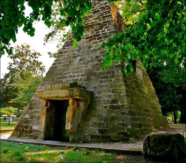 Dans quel lieu de Paris, le Duc de Chartres alors maître du Grand Orient de France, fit-il aménager cette pyramide en 1769 ?