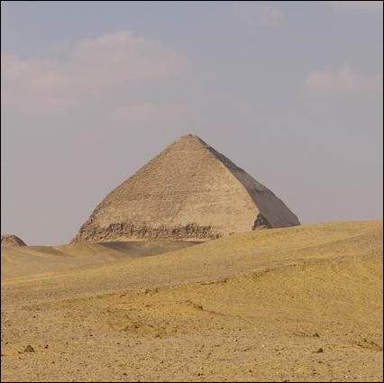 Les pyramides sont de plusieurs types. Quel est le type de la pyramide de Dahchour en Egypte, construite pour le pharaon Snéfrou ?