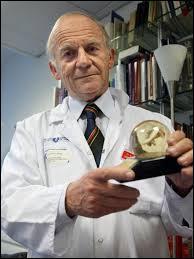 Décembre : Pour la première fois, un cœur artificiel entièrement autonome a été implanté chez un patient. Le professeur Carpentier a réussi l'opération à Paris dans l'hôpital...