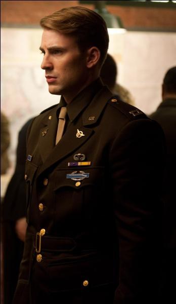 Qui joue le rôle de Steve Rogers, alias Captain América ?