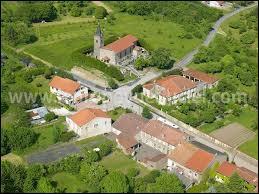 Nous survolons le village lorrain de Gélucourt. Il se situe dans le département ...