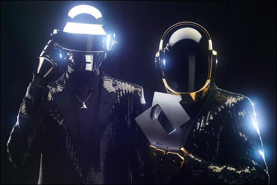 Le groupe Daft Punk est revenu avec le tube  Get Lucky , interprété par quel chanteur américain ?
