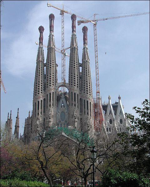 Où se trouve la  Sagrada Familia  initiée par Gaudi ?