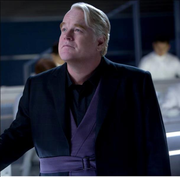 Dans le film, Plutarch Heavensbee montre-t-il sa montre geai moqueur à Katniss ?