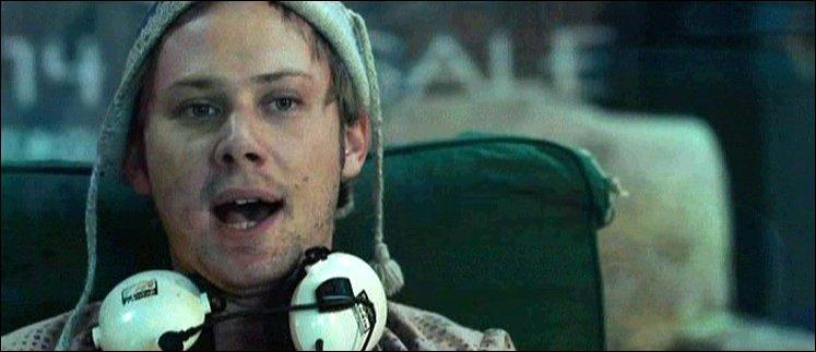 Dans Stay Alive, comment meurt Phineus, le frère d'October ?