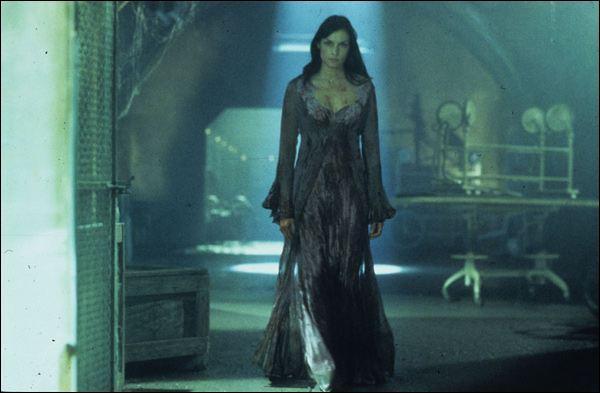 Dans La Maison de l'horreur, comment Evelyn tue Blackburn ?